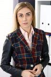 Retrato da mulher de negócio moreno no fundo do escritório imagens de stock