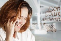 Retrato da mulher de negócio nova feliz imagem de stock