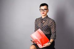 Retrato da mulher de negócio nova feliz no fundo cinzento Foto de Stock