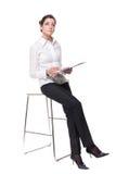 Retrato da mulher de negócio nova na cadeira Imagem de Stock
