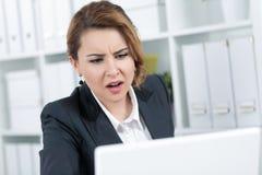 Retrato da mulher de negócio nova surpreendida Foto de Stock