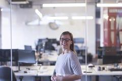 Retrato da mulher de negócio ocasional no escritório fotografia de stock royalty free