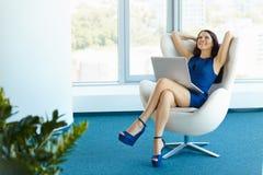 Retrato da mulher de negócio relaxado no escritório Relaxe e liberdade Fotos de Stock
