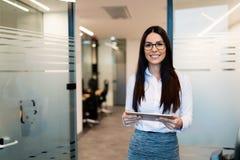 Retrato da mulher de negócios bem sucedida que guarda a tabuleta digital fotos de stock