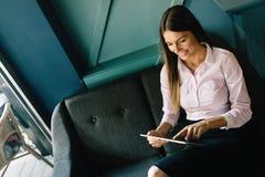 Retrato da mulher de negócios bem sucedida que guarda a tabuleta digital fotografia de stock