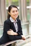 Retrato da mulher de negócios chinesa fora do escritório Fotos de Stock