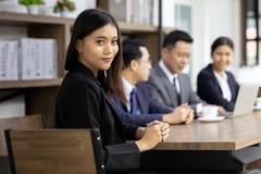 Retrato da mulher de negócios de Confidense imagem de stock royalty free