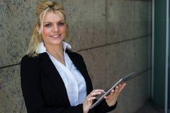 Retrato da mulher de negócios de sorriso com o PC digital da tabuleta Imagem de Stock Royalty Free