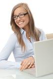 Retrato da mulher de negócios de sorriso com portátil Imagem de Stock