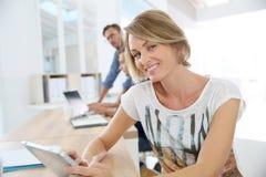 Retrato da mulher de negócios de sorriso no escritório com colegas de trabalho imagens de stock