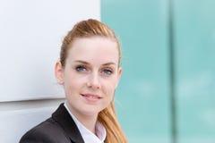 Retrato da mulher de negócios feliz nova fotografia de stock royalty free