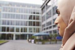 Retrato da mulher de negócios muçulmana britânica Outside Office Imagem de Stock Royalty Free
