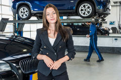 Retrato da mulher de negócios nova bonita In Car Garage imagem de stock