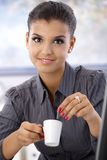 Retrato da mulher de negócios nova com café fotografia de stock royalty free