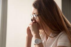 Retrato da mulher de negócios preocupada centrada sobre o trabalho imagem de stock