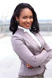 Retrato da mulher de negócios preta nova com braços imagens de stock royalty free