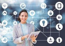 Retrato da mulher de negócios que guarda a tabuleta digital com ícones de conexão no fundo Foto de Stock