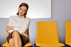 Retrato da mulher de negócios que senta-se na sala de espera foto de stock royalty free