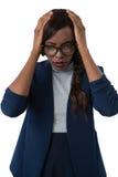 Retrato da mulher de negócios que sofre da dor de cabeça foto de stock