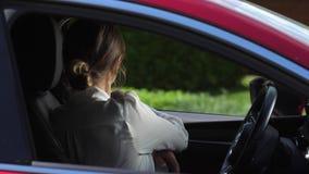 Retrato da mulher de negócios séria que obtém no carro video estoque