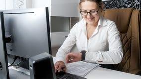 Retrato da mulher de negócios de sorriso que olha o relógio de pulso e que espera a ruptura de café Fotos de Stock Royalty Free