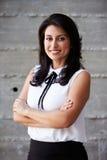 Retrato da mulher de negócios Standing Against Wall no escritório Fotos de Stock Royalty Free
