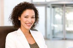 Retrato da mulher de negócio atrativa Fotografia de Stock Royalty Free