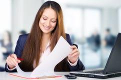 Retrato da mulher de negócio bonita em seu escritório Fotografia de Stock Royalty Free