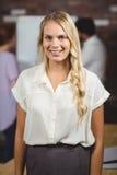 Retrato da mulher de negócios alegre Foto de Stock Royalty Free
