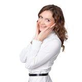 Retrato da mulher de negócios consideravelmente nova com mão no queixo e no SMI Fotografia de Stock Royalty Free