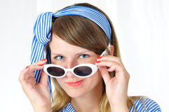 Retrato da mulher de olhos azuis agradável com óculos de sol Imagens de Stock Royalty Free