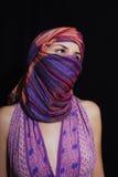 Retrato da mulher de olhos verdes bonita no hijab Fotos de Stock
