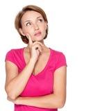 Retrato da mulher de pensamento bonita no branco Imagem de Stock