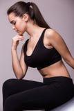 Retrato da mulher de pensamento que senta-se na bola dos pilates Fotografia de Stock Royalty Free