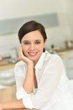 Retrato da mulher de sorriso Fotos de Stock Royalty Free