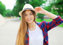 Retrato da mulher de sorriso bonita com cabelo longo fotos de stock royalty free