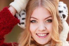 Retrato da mulher de sorriso bonita em capas protetoras para as orelhas da pele fotos de stock royalty free