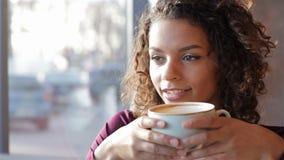 Retrato da mulher de sorriso bonita em um café video estoque