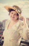 Retrato da mulher de sorriso bonita em um estilo retro Fotografia de Stock Royalty Free