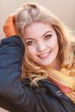 Retrato da mulher de sorriso bonita no revestimento foto de stock