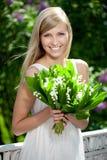 Retrato da mulher de sorriso bonita nova ao ar livre imagem de stock royalty free
