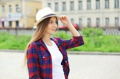 Retrato da mulher de sorriso bonita que veste um chapéu de palha do verão fotos de stock