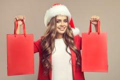 Retrato da mulher de sorriso bonito no chapéu de Santa Fotos de Stock Royalty Free