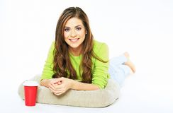 Retrato da mulher de sorriso com copo de café O de encontro modelo fêmea Imagem de Stock Royalty Free