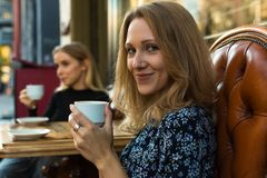 Retrato da mulher de sorriso com o copo no café imagem de stock royalty free