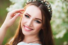 Retrato da mulher de sorriso com sorriso perfeito e os dentes brancos que olham a câmera Imagem de Stock