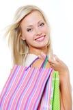 Retrato da mulher de sorriso com sacos de compra fotografia de stock