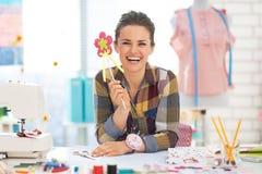 Retrato da mulher de sorriso da costureira no estúdio Imagem de Stock