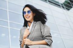 Retrato da mulher de sorriso em espetáculos azuis e na roupa extravagante Imagens de Stock