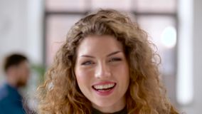 Retrato da mulher de sorriso feliz do ruivo no escritório filme